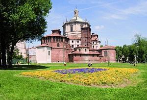 Basilica di San Lorenzo. La cappella ottagonale a sinistra è dedicata a Sant'Aquilino, quella a destra a Sant'Ippolito.