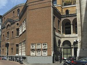 L'ingresso all'area archeologica in via San Vittore al Teatro 14.