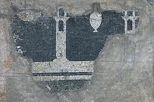 Lacerto di mosaico pavimentale con raffigurazione di mura e torri.
