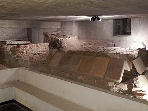 Le sepolture nell'area archeologica sottostante la navata centrale della basilica.