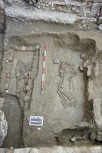 Sepolture in corso di scavo nei chiostri di Sant'Eustorgio.