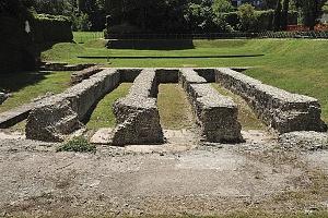 Resti delle fondazioni della cavea dell'anfiteatro romano.