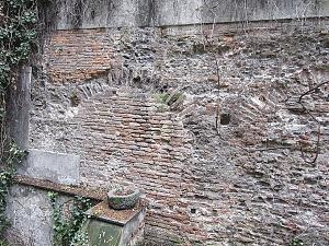 Muro del circo romano conservato in via Vigna 1: si riconoscono le arcate che sostenevano la cavea.