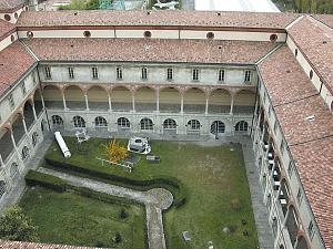 Parte del recinto ottagonale conservata nel secondo chiostro del Museo della Scienza e della Tecnologia.