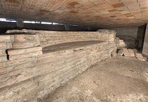 Recinto del mausoleo imperiale: dettaglio del lato interno dotato di nicchie, conservato presso l'Istituto Buon Pastore.