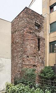 La torre di Porta Ticinensis vista dall'esterno.