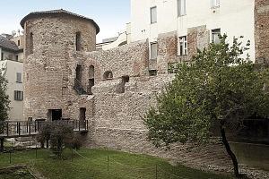 Tratto delle mura massimianee con la torre poligonale nel cortile del Civico Museo Archeologico.