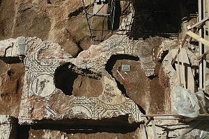Il mosaico della sala T, messo in luce durante gli scavi di via Gorani 2-4.