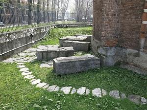 Cimitero paleocristiano musealizzato nel cortile esterno della basilica.