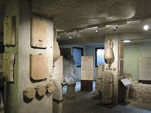 L'area archeologica sotto la sagrestia della basilica.