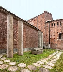 L'area archeologica all'esterno della basilica.