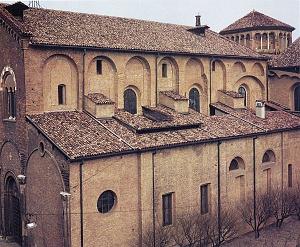 Il lato meridionale della basilica, dotato di grandi finestre tamponate.