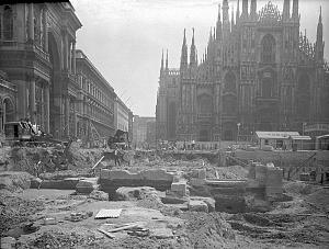 I resti della basilica di Santa Tecla tornano alla luce nel corso degli scavi per la costruzione della linea 1 della metropolitana milanese, negli anni Sessanta.