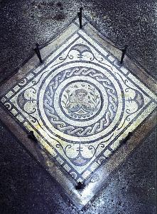 """Mosaico con busto di Primavera dall'ambiente 4 delle terme """"Erculee"""", conservato presso la Pinacoteca Ambrosiana nel peristilio della Sala Federiciana."""