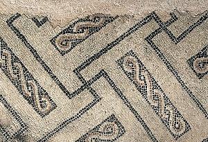 """Mosaico geometrico a T dall'ambiente 4 delle terme """"Erculee""""."""