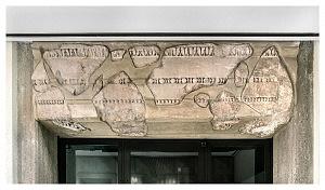 Elementi architettonici rinvenuti durante gli scavi in via dei Bossi.