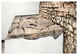 Resti di basolato stradale, riposizionato accanto ai muri dell'horreum.